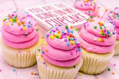 Magdalenas del cumpleaños con helar rosado Foto de archivo libre de regalías