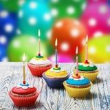 Magdalenas del cumpleaños con las velas ardientes Imagen de archivo libre de regalías