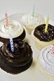 Magdalenas del cumpleaños en la visualización Imagen de archivo libre de regalías