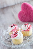 Magdalenas del día de tarjetas del día de San Valentín y corazón rosado foto de archivo
