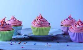 Magdalenas del feliz cumpleaños, torta blanca y el helar rosado de la fresa fotos de archivo