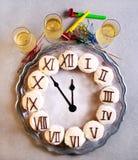 Magdalenas del reloj del Año Nuevo en bandeja Imagenes de archivo