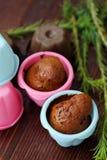 Magdalenas deliciosas del chocolate con canela en la tabla Imagen de archivo