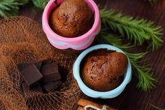 Magdalenas deliciosas del chocolate con canela en la tabla Fotografía de archivo