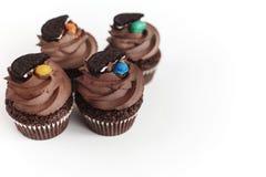 Magdalenas deliciosas elegantes del chocolate con la galleta y el caramelo encendido a Foto de archivo libre de regalías