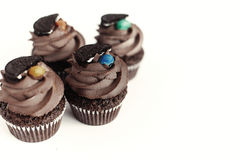 Magdalenas deliciosas elegantes del chocolate con la galleta y el caramelo encendido a Imágenes de archivo libres de regalías