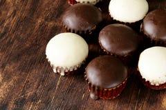 Magdalenas dulces con la formación de hielo del chocolate Fotos de archivo