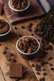 Magdalenas hechas en casa del chocolate en fondo de madera Imagen de archivo