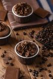 Magdalenas hechas en casa del chocolate en fondo de madera Fotografía de archivo