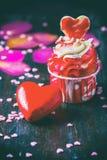 Magdalenas hechas en casa del día de tarjetas del día de San Valentín con la formación de hielo rosada fotografía de archivo
