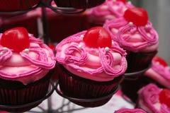 Magdalenas heladas color de rosa del chocolate Fotografía de archivo