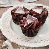 Magdalenas oscuras dulces del chocolate Fotografía de archivo libre de regalías