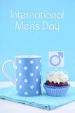 Magdalenas para hombre internacionales del día con los símbolos masculinos Imágenes de archivo libres de regalías