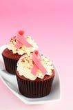 Magdalenas rojas del terciopelo adornadas con las cintas rosadas Fotografía de archivo libre de regalías