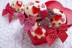 Magdalenas rojas del terciopelo adornadas con los corazones Fotografía de archivo libre de regalías