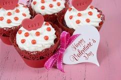 Magdalenas rojas del terciopelo de la tarjeta del día de San Valentín feliz Foto de archivo libre de regalías