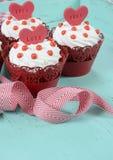 Magdalenas rojas del terciopelo de la tarjeta del día de San Valentín feliz Fotos de archivo