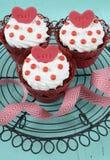 Magdalenas rojas del terciopelo de la tarjeta del día de San Valentín feliz Fotografía de archivo libre de regalías