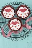 Magdalenas rojas del terciopelo de la tarjeta del día de San Valentín feliz Imagen de archivo libre de regalías