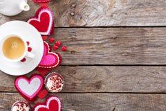 Magdalenas rojas del terciopelo para el día de tarjetas del día de San Valentín foto de archivo