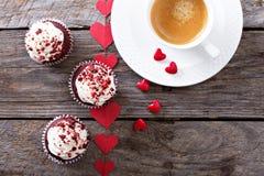 Magdalenas rojas del terciopelo para el día de tarjetas del día de San Valentín imagenes de archivo