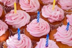 Magdalenas rosadas listas para los cumpleaños foto de archivo