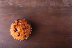 Magdalenas sabrosas del chocolate, molletes en una tabla de madera blanca Fotos de archivo