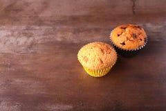 Magdalenas sabrosas del chocolate, molletes en una tabla de madera blanca Fotografía de archivo libre de regalías