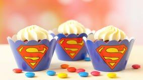 Magdalenas temáticas del superhombre de la fiesta de cumpleaños del ` s de los niños Fotografía de archivo