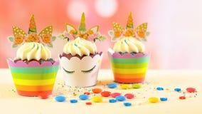Magdalenas temáticas del unicornio de la fiesta de cumpleaños del ` s de los niños Foto de archivo