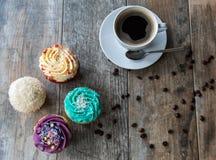 Magdalenas y café vistos desde arriba Fotos de archivo libres de regalías