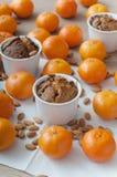 Magdalenas y mandarines de la Navidad imágenes de archivo libres de regalías