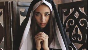 Magdalenka ono modli się w kamerę i spojrzenia zdjęcie wideo