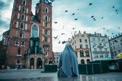 Magdalenka patrzeje na starym kościół Fotografia Stock