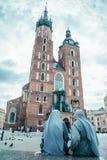 Magdalenka patrzeje na starym kościół Zdjęcia Stock