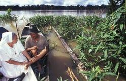 Magdalenka pomaga pacjenta w amazonce, Brazylia zdjęcia royalty free