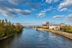 Magdeburg - breite Ansicht über die Kathedrale und den Fluss Elbe, Tageslandschaft, Sachsen, Deutschland Lizenzfreie Stockbilder
