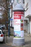 MAGDEBURG TYSKLAND - FEBRUARI 26 2018: Annonsering som är pollar i Faehrstrasse i Magdeburg-Buckau arkivfoto