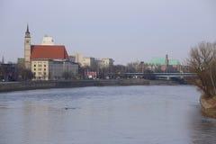 MAGDEBURG TYSKLAND - FEBRUARI 19 2018: Sikt på floden elbe från den gamla lyftande bron i Magdeburg arkivbild