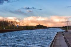 Magdeburg-Wasser-Brücke, über Fluss Elbe--Havelkanal im Sonnenunterganglicht, Sachsen, Deutschland Lizenzfreie Stockfotos
