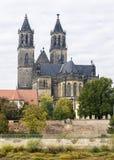 Magdeburger Dom på bankerna av Elbe Arkivbilder