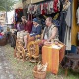Magdeburgo, Alemanha - 29 08 2014: Reconstrução do Kaiser-Otto-Fest de eventos históricos da cidade Homens e fio de rotação da mu imagem de stock