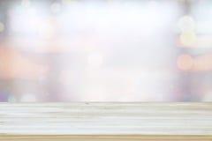 mage av trätabellen framme av abstrakt suddig fönsterljusbakgrund royaltyfri foto