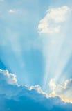 mage des klaren Himmels auf Tageszeit für Hintergrundverwendung Stockbild