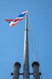 Mage machać Tajlandzką flaga Tajlandia z niebieskiego nieba tłem Zdjęcie Royalty Free
