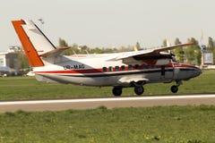 Magellan dejó los aviones de L-410UVP Turbolet que corrían en la pista Imagen de archivo libre de regalías