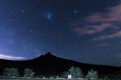 Magellanic chmury i chwytaliśmy Karoo parka narodowego, Południowa Afryka, w zimie Fotografia Royalty Free