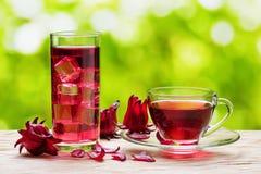 Magenta hibiscusthee karkade, rode zuring op aardachtergrond royalty-vrije stock afbeeldingen