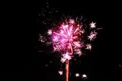 Magenta roze die vuurwerk op een donkere nachtachtergrond wordt geïsoleerd royalty-vrije stock foto's