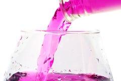 Magenta vloeistof in een glas Stock Foto's